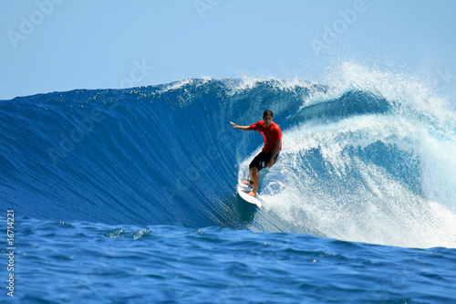 Photo  Surfer riding perfect tropical blue wave, Mentawai, Indonesia