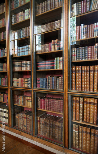 Poster Bibliotheque victorian library bookshelves with glass doors