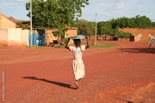 Staande foto Afrika sur une route du Burkina