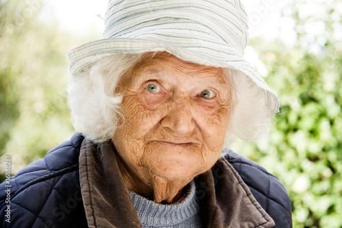 Obraz Portrait einer Frau, die 95 Jahre alt ist - fototapety do salonu