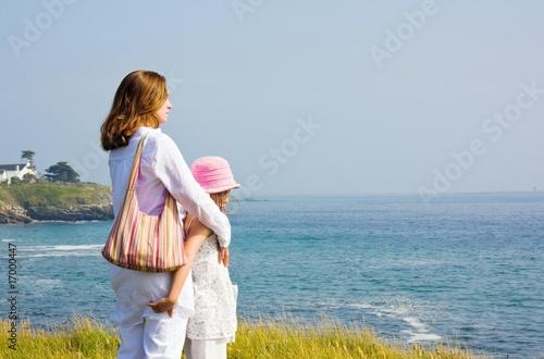 Fotografie, Obraz  Femme et son enfant au bord de la mer