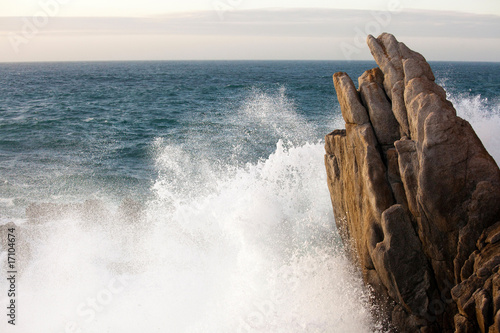 Foto-Leinwand - wave splashing on rock
