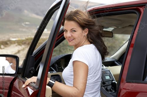 Fotomural Junge Frau mit rotem Geländewagen
