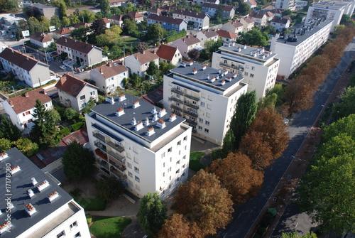 Vue aérienne d'une citée avec petites barres d'immeubles Canvas Print