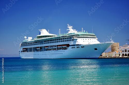 Fotografía  Cruise ship in the Mediterranean Sea.