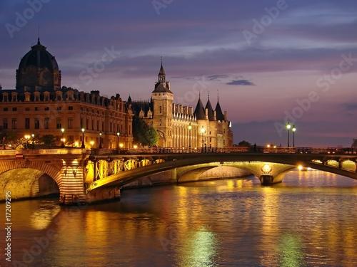 Papiers peints Paris Paris - La conciergerie au crépuscule