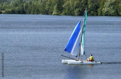 Poster Zeilen enfant sur un catamaran