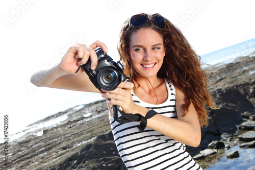 Obraz na plátně  jeune femme et photos de vacances