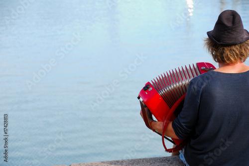 Fotografija  L'accordéoniste du bord de l'eau
