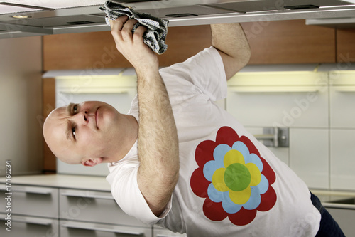 Vászonkép Man cleaning kitchen