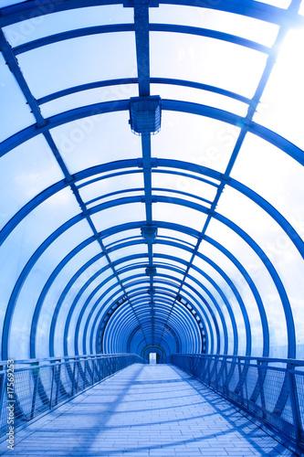 In de dag Brug blue glass corridor