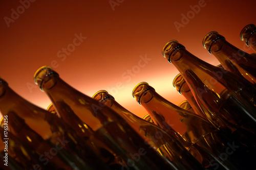 Photo bottiglie scure su fondo rosso sfumato