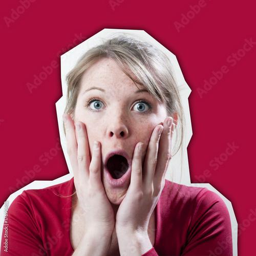 Fotografie, Obraz Jeune femme překvapení étonnement sur fond rouge
