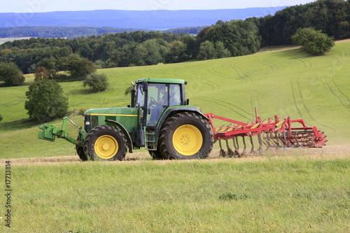 Fotografie, Obraz  Traktor mit Grubber auf dem Acker