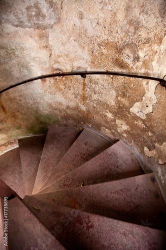 stare-spiralne-schody-w-zamku