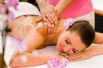 Obraz na Plexi Do Spa Junge Frau bekommt eine Öl-Massage