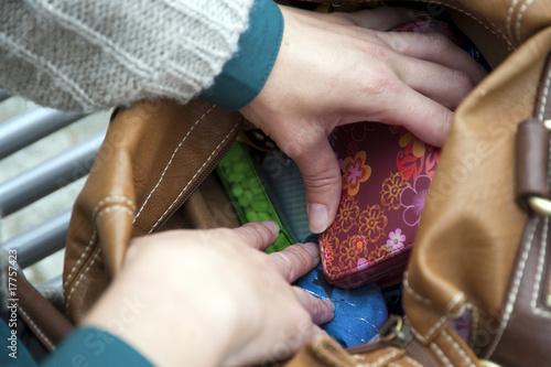 Frauenhände in der Handtasche Canvas-taulu