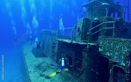 Printed kitchen splashbacks Diving Exploring a shipwreck