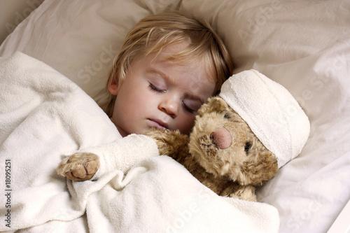 Fotografia  boy and teddybear in bed