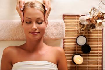 Panel Szklanyattractive female getting recreation massage of head