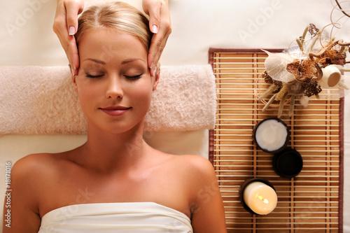 atrakcyjna-kobieta-zaczynajaca-masaz-rekreacyjny