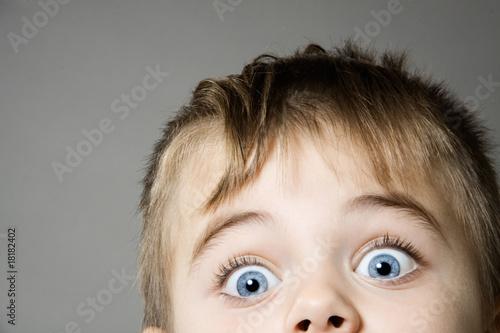 Cuadros en Lienzo Neugieriges Kleinkind