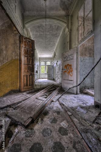 Tuinposter Oude verlaten gebouwen dirty floor