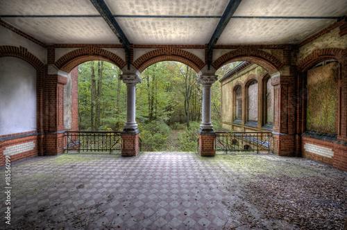 Photo sur Aluminium Ancien hôpital Beelitz Säulenaufgang