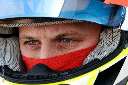 regard concentré d'un pilote de course automobile