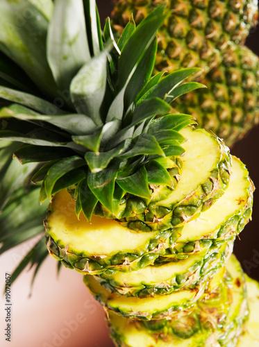 Plastry ananasa w stosie, szczegół, studio, zbliżenie