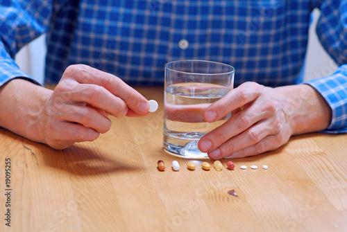 Fotografie, Obraz  Pillen und Tabletten einnehmen