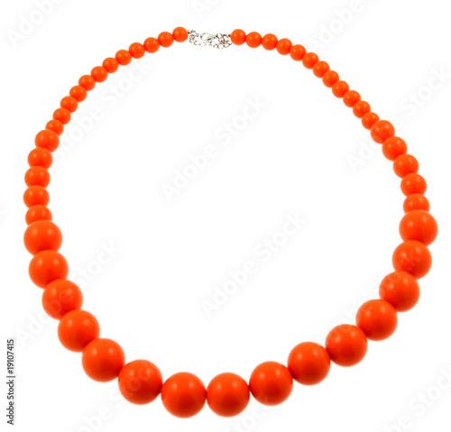 Foto collier perles orange fond blanc