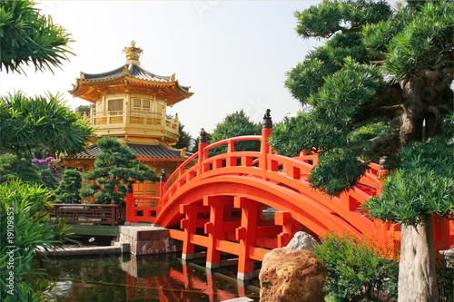 Tuinposter China Gold pavilion in Chinese garden