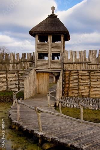 drewniana-sciana-i-wieza
