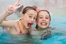 Junge Mädchen Schwimmen Im Aussenbereich Eines Thermalbades