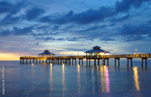 Fotografia Fort Myers Pier at Sunset, Florida USA