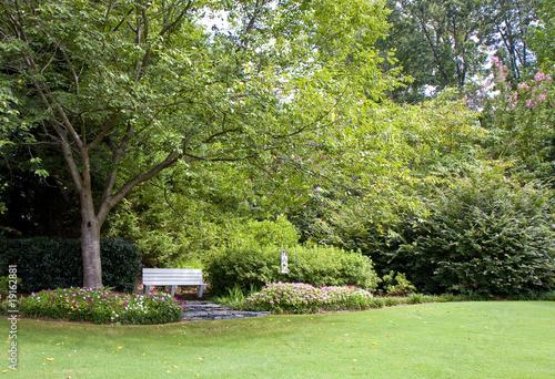 Papiers peints Jardin Bench in Backyard Garden