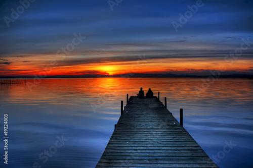 Fotobehang Pier novios mirando el horizonte