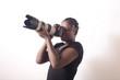 photographe femme utilise un zoom prends une photo