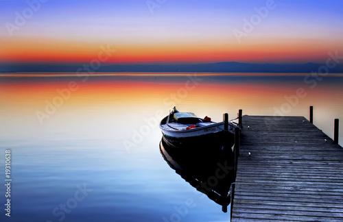 Fotobehang Pier la barca en el lago