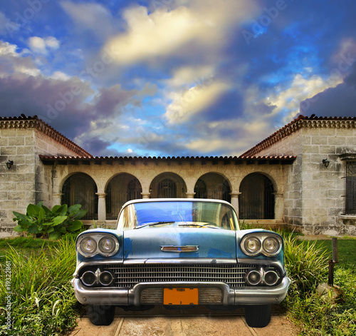 Deurstickers Cubaanse oldtimers Old car parked in tropical house, cuba