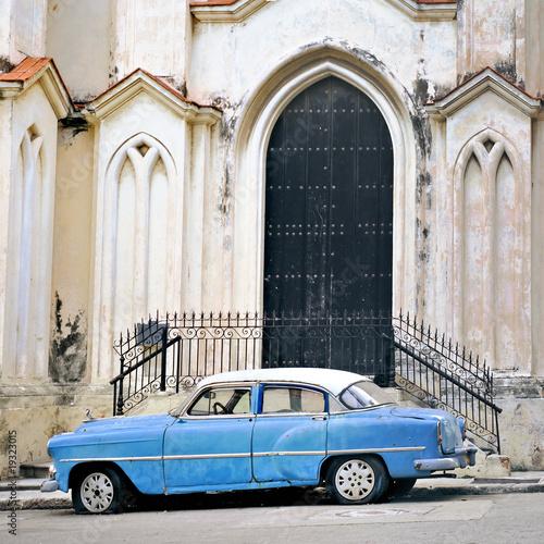 Deurstickers Cubaanse oldtimers Old car in havana building facade