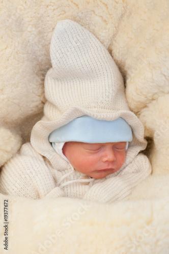 buy online 6399b e65c1 schlafendes Baby mit Winterkleidung – kaufen Sie dieses Foto ...