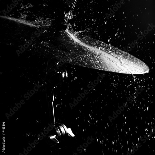 Fotografia Drums plate under water drops