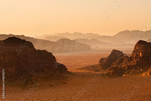 Photo  Receding mountains in sunset, Wadi Rum, Jordan.