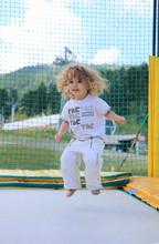 Enfant Qui Fait Du Trempoline
