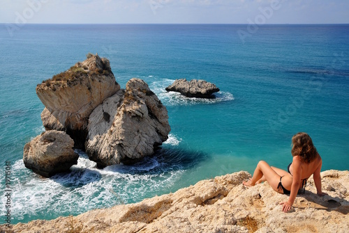 Foto op Canvas Cyprus Mädchen über Aphroditefelsen