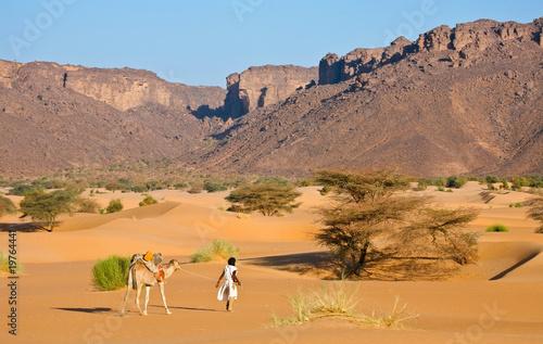 Valokuva  Chamelier et son chameau dans le désert