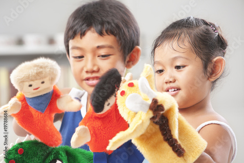 Fotografie, Obraz Sibling playing hand puppet