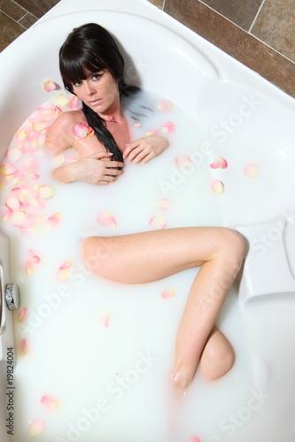 avant-garde de l'époque haute couture regard détaillé jeune femme dans son bain - Buy this stock photo and explore ...
